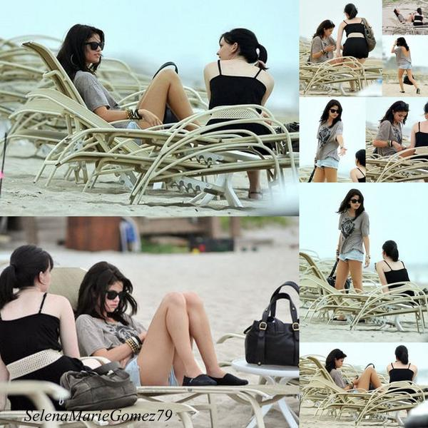 Selena a passé son après-midi à se reposer sur la  plage de Palm Beach.