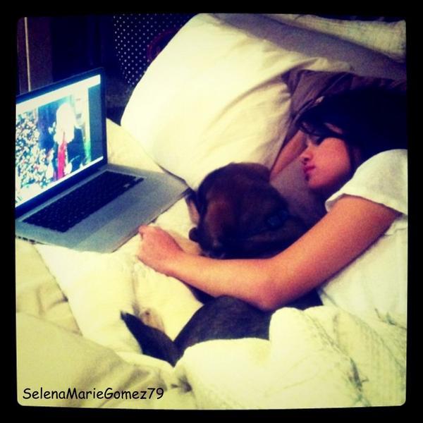 24/10 - Selena et son nouveau chien, Baylor au Canada