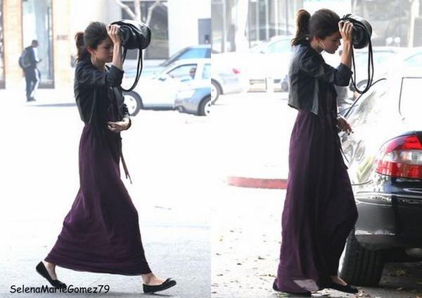 Hier, un peu plus tôt dans la journée Selena a été aperçue se rendant à un rendez-vous à West Hollywood