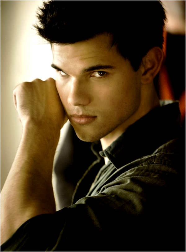 *  Photo : Découvrez une nouvelle photo promotionnelle de Jacob dans Breaking Dawn.  *