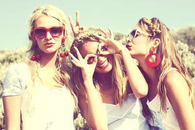 N'attendez pas d'être heureux pour sourire, souriez plutôt afin d'être heureux.