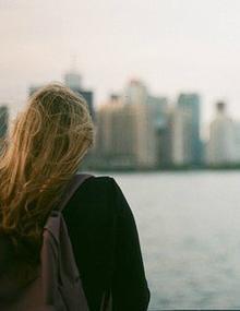 « L'amour ne voit pas, l'amitié ne veut pas voir. » [Anne Barratin]