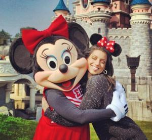 Ce vendredi, la chanteuse Tal a emmené ses danseurs et amis à Disneyland Paris pour faire le plein de magie et de sensations grâce aux prolongations du 20e anniversaire du Parc.