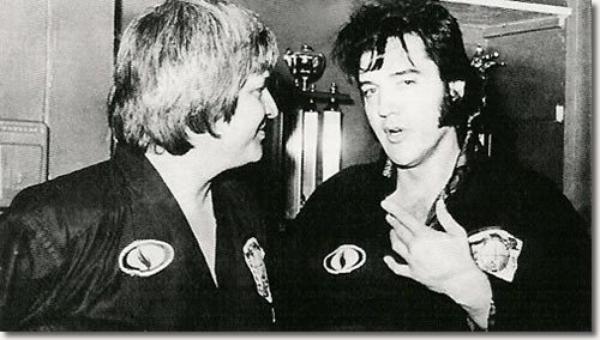 Elvis Presley donnant une démonstration de karaté à Memphis avec Ed Parker  Juillet 4, 1974