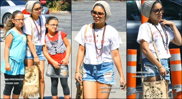 -  07/08/11 : Ness' se promenant dans les rues de Los Angeles. On peut apperçevoir qu'elle pose pour une photo avec 2 fans.-