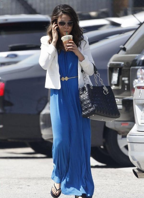 Mila Kunis portait une magnifique robe bleu roi en arrivant à un studio, à Hollywood.
