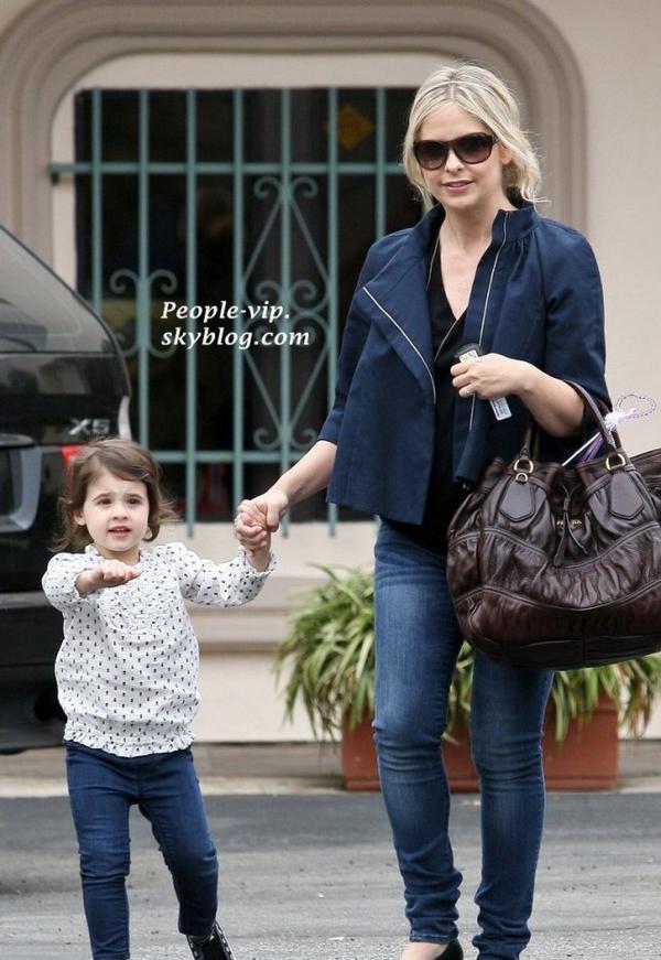 Sarah Michelle Gellar quitte un cabinet dentaire avec sa fille de deux ans Charlotte, à Santa Monica, Californie.    Jeudi, 14 juin
