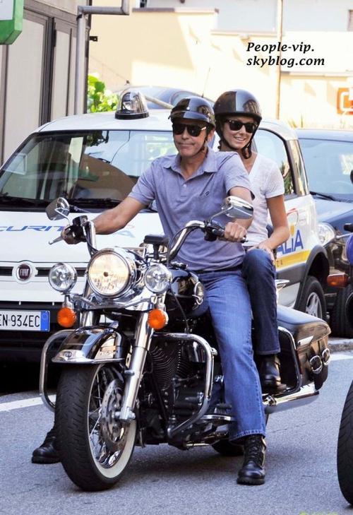 George Clooney et sa petite amie Stacy Keibler sont allé faire un tour sur sa moto à Lake Como, Italie. Vendredi, 15 juin