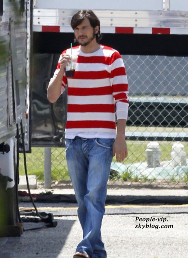 """Ashton Kutcher sur le tournage de son nouveau film """"jObs"""", buvant une boisson Starbucks.   Vendredi, 15 juin"""
