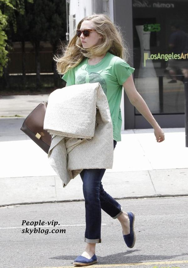 Amanda Seyfried sortant du magazin de meubles Furniture & Fabrics à Los Angeles, en Californie.  Vendredi, 15 juin