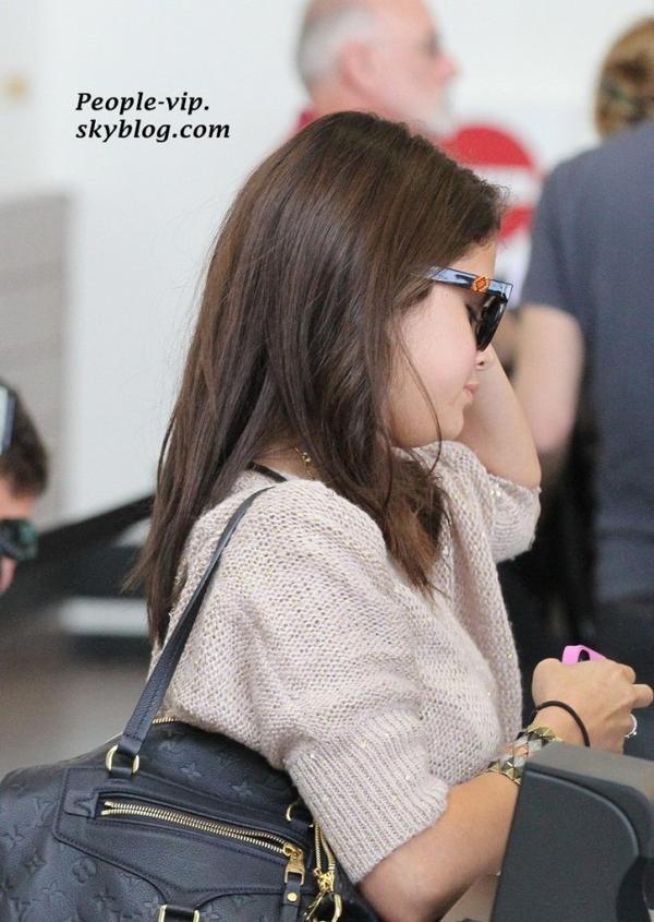 Selena Gomez à l'aéroport LAX à Los Angeles pour prendre un vol, direction le Canada.   Vendredi, 15 juin