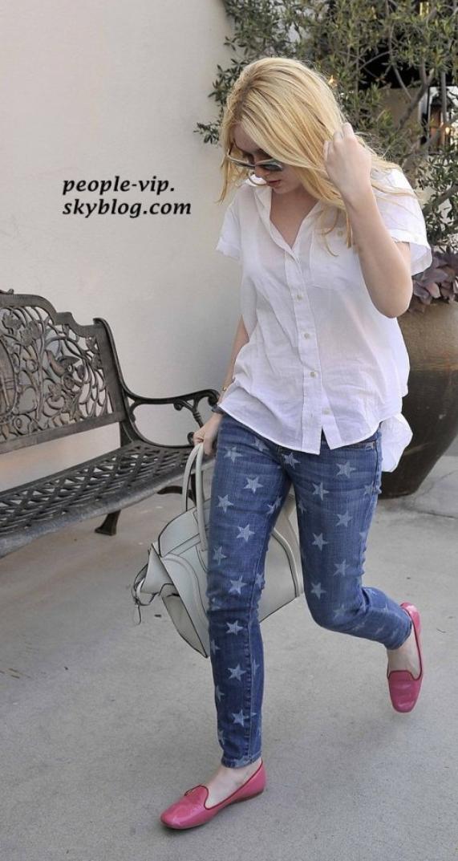 Dakota Fanning se promenant dans le quartier de Beverly Hills en Californie.  Samedi, 16 juin