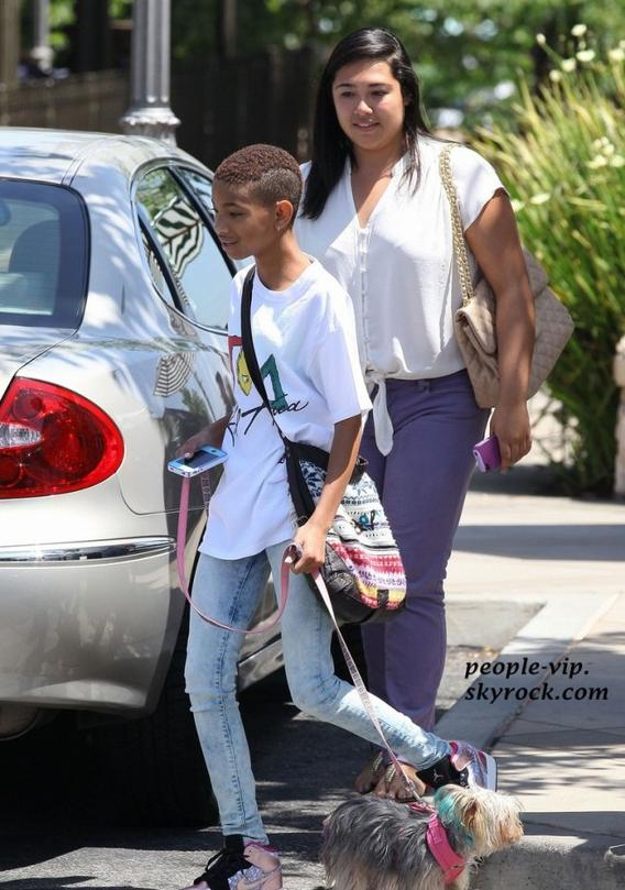Willow Smith avec un appareil dentaire promène son chien à Calabasas, en Californie. Samedi, 16 juin