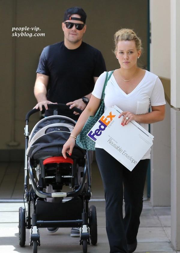 Hilary Duff et Mike Comrie sont de sorti avec leur adorable fils Luca, à Beverly Hills, Californie.  Samedi, 16 juin