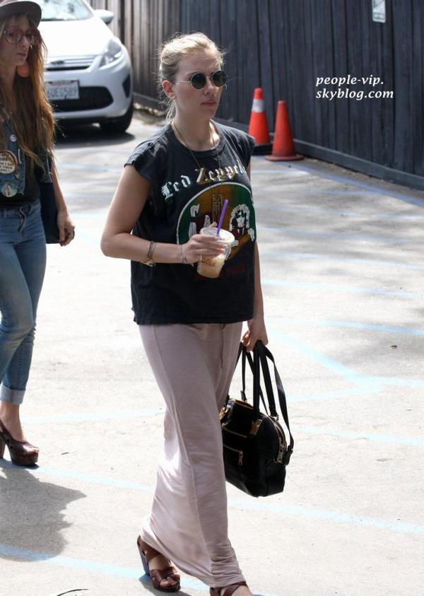 Scarlett Johanson s'est rendue à un restaurent à Santa Monia, Californie. Dimanche, 17 juin