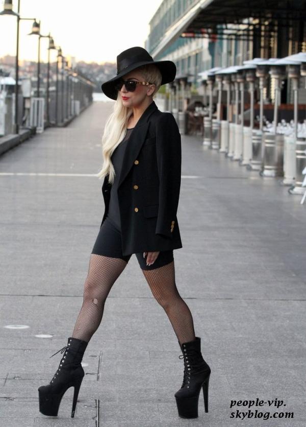 Lady Gaga sourit dans les rues de Sydney, en Australie. Lundi, 18 juin