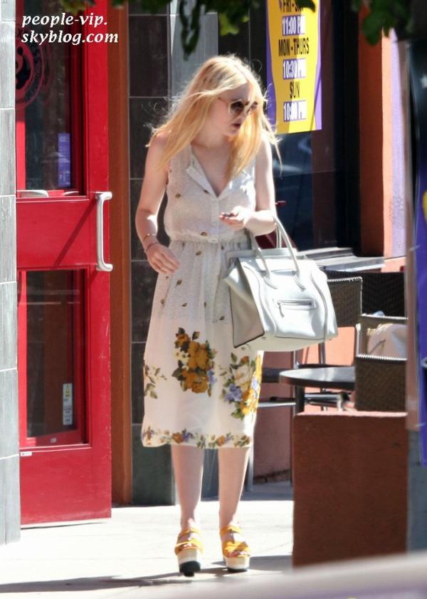 Dakota et Elle Fanning sont sorties déjeuner avec leur maman chez Panda Express à Los Angeles. Mardi, 19 juin