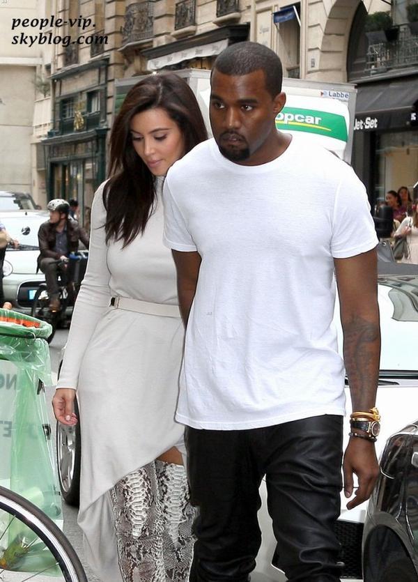 Kim Kardashian et son petit ami Kanye West, en amoureux dans les rues de Paris. Mardi, 19 juin