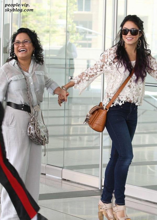 Vanessa Hudgens  magnifique en dentelle en arrivant à un meeting accompagnée de sa maman Gina à Century City, en Californie. Mercredi, 20 juin