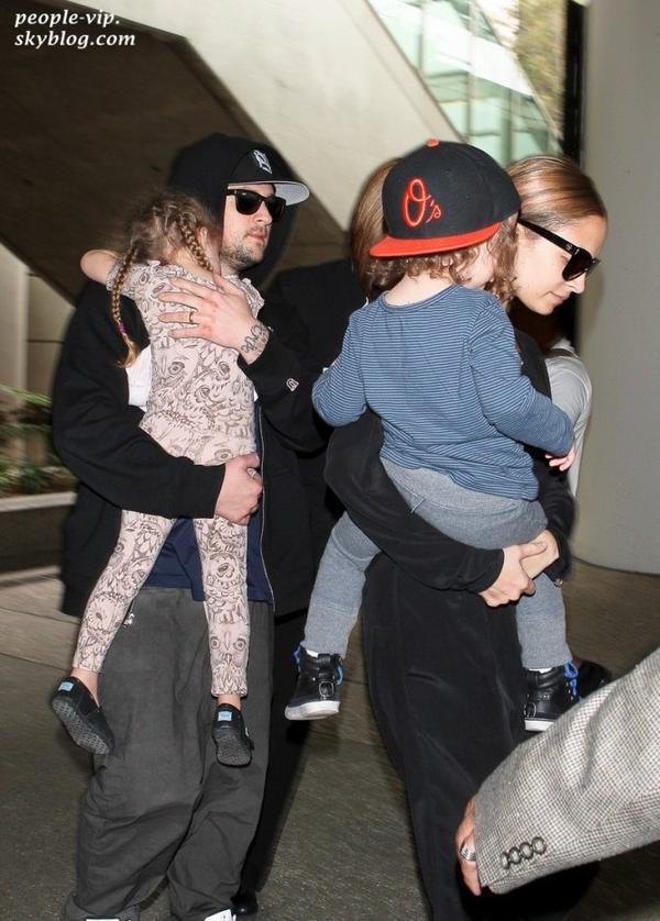 Nicole Richie et son mari Joel Madden à l'aéroport LAX de Los Angeles avec leurs deux enfant Sparrow et Harlow . Mardi, 19 juin