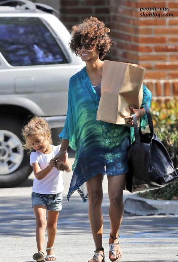 Halle Berry tient la main de sa fille de 4 ans Nahla en sortant de chez un épicier à Malibu, en Californie.  Mercredi, 20 juin