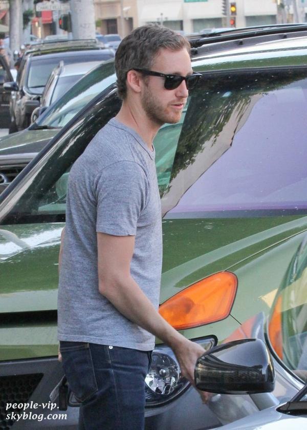 Anne Hathaway et son petit ami Adam Shulman sont allé déjeuner ensemble à Beverly Hills, en Californie. Mercredi, 20 juin