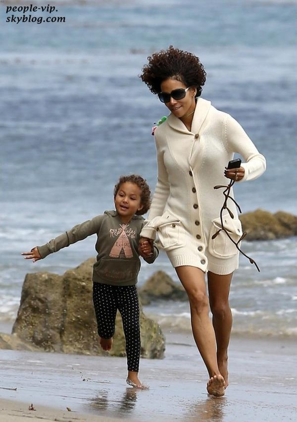 Halle Berry s'amuse sur la plage de Malibu avec son adorable fille de 4 ans Nahla. Jeudi, 21 juin
