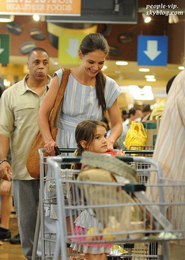 Katie Holmes est allé faire les courses dans un supermarché accompagnée de sa fille Suri à New York City. Jeudi, 21 juin