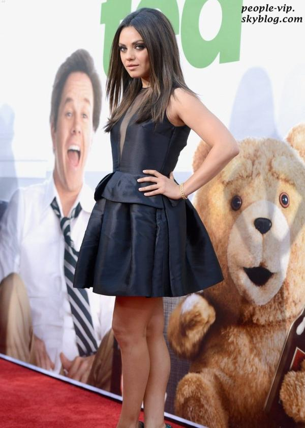 """Mila Kunis et Jessica Stroup à la première de """"Ted"""" au théâtre Grauman's Chinese à Hollywood. Jeudi, 21 juin"""