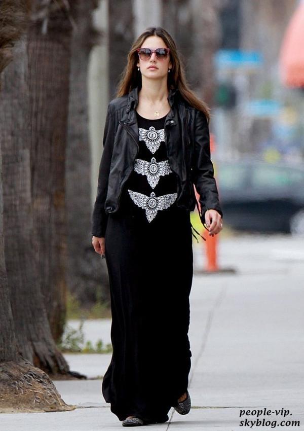 Alessandra Ambrosio dans une longue robe noire à Santa Monica, en Californie. Jeudi, 21 juin