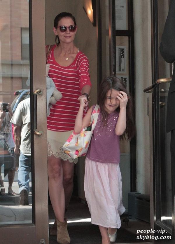 Katie Holmes et sa fille Suri, qui aparament n'apprécie pas trop la présence des paparazzis, en sortant de leur appartement à New York City. Vendredi, 22 juin