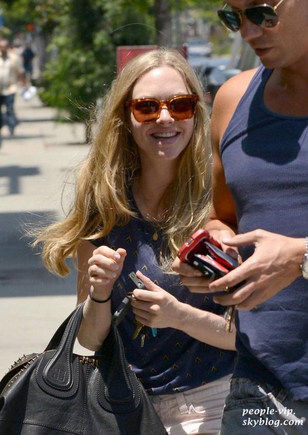 Amanda Seyfried est allé déjeuner avec un ami à Los Angeles. Vendredi, 22 juin