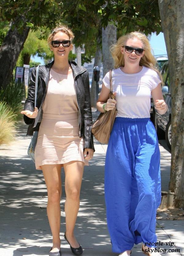 Jennifer Lawrence sortant de l'hôtel Sheraton avec une amie à Los Angeles. Samedi, 23 juin