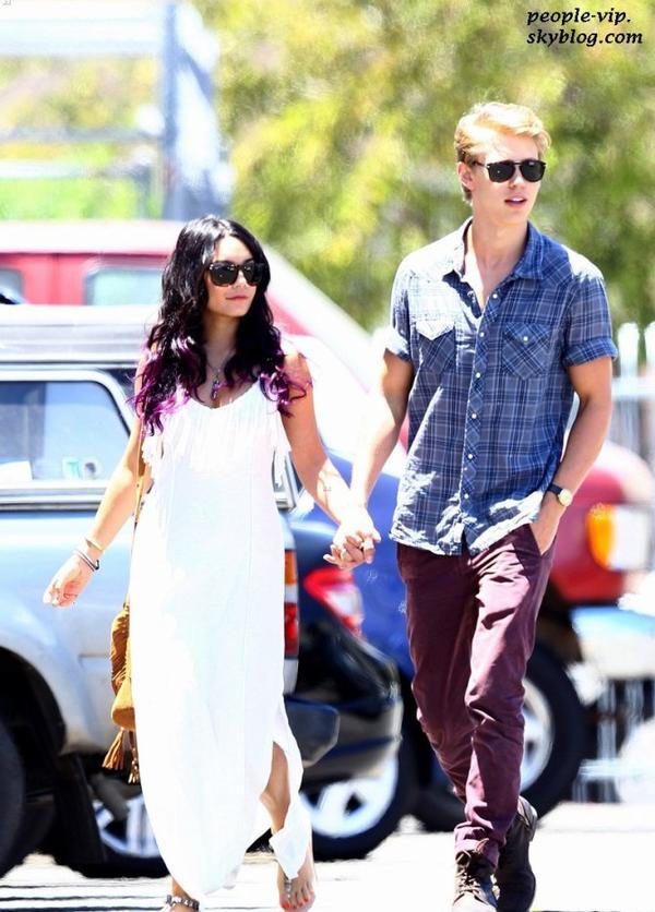 Promenade romantique pour Vanessa Hudgens et son petit ami Austin Butler à Studio City, en Californie. Dimanche, 24 juin