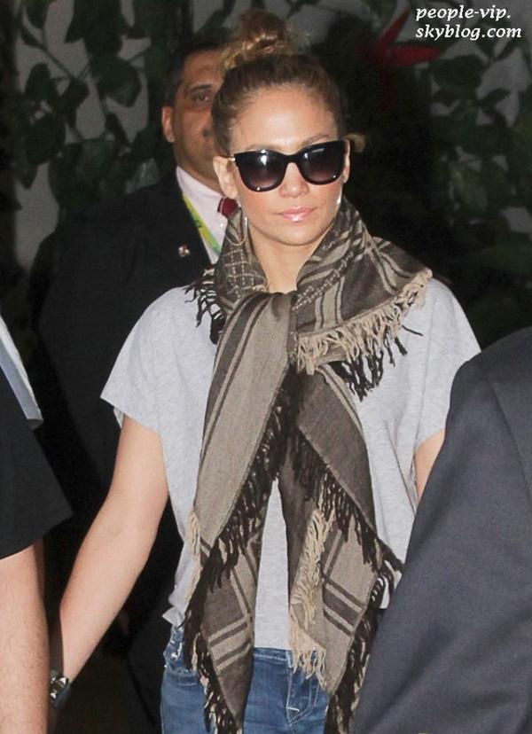 Jennifer Lopez et son petit ami Casper Smart main dans la main en sortant de l'aéroport à Rio De Janeiro, au Brésil. Dimanche, 24 juin