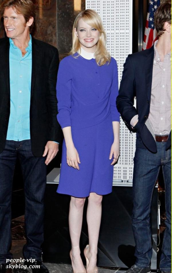 Emma Stone, dans une robe Carven, et Andrew Garfield étaient au Empire State Building à New York. Lundi, 25 juin
