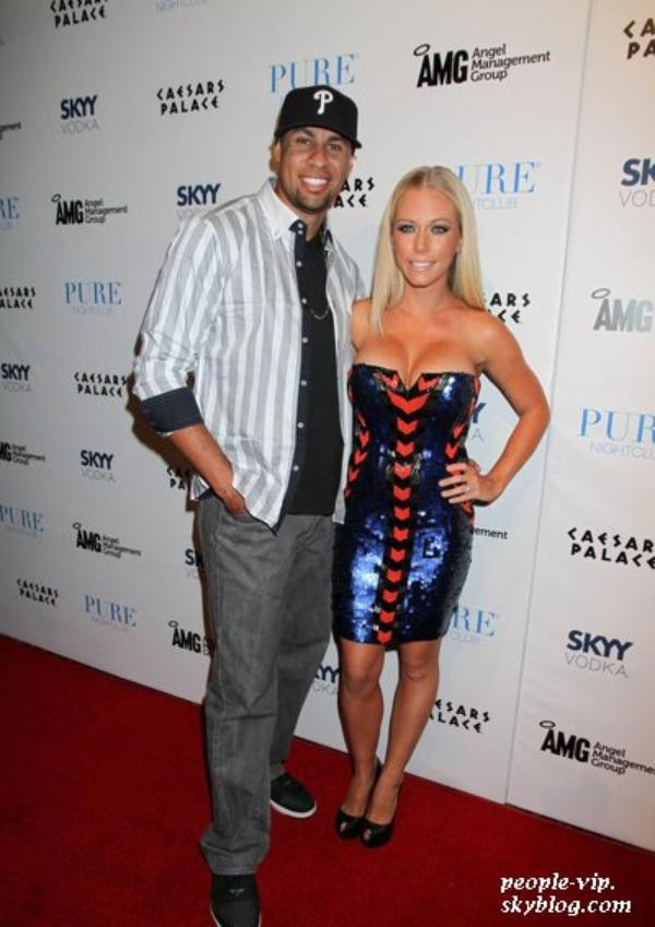 Kendra Wilkinson fête son 27éme anniversaire en compagnie de son mari Hank Baskett au Pure Nightclub . Vendredi, 22 juin