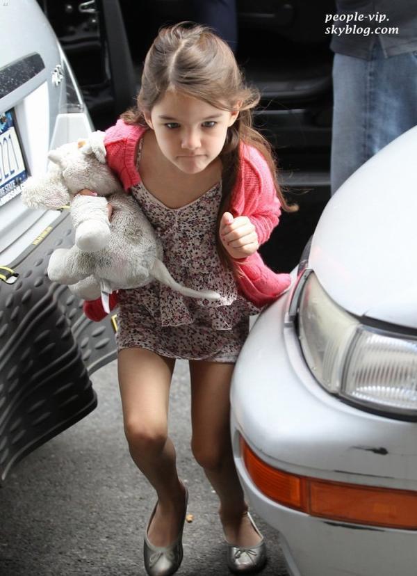 Katie Holmes et sa fille Suri de retour à leur appartement à New York. Mardi, 26 juin