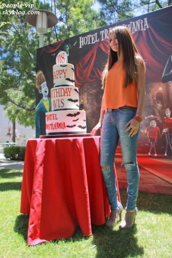 """Nouveau look pour Selena Gomez, magnifique à la conférence de presse du film d'animation """"Hôtel Transylvania"""" pour lequel elle prête sa voix, à Los Angeles. Mardi, 26 juin"""