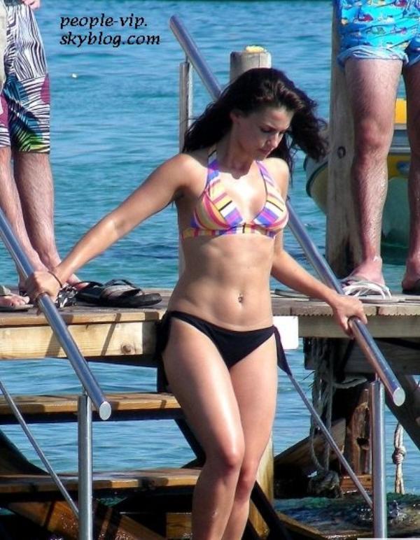L'actrice de 90210, Jessica Lowndes profite du soleil sur la plage d'Ibiza. Mardi, 26 juin