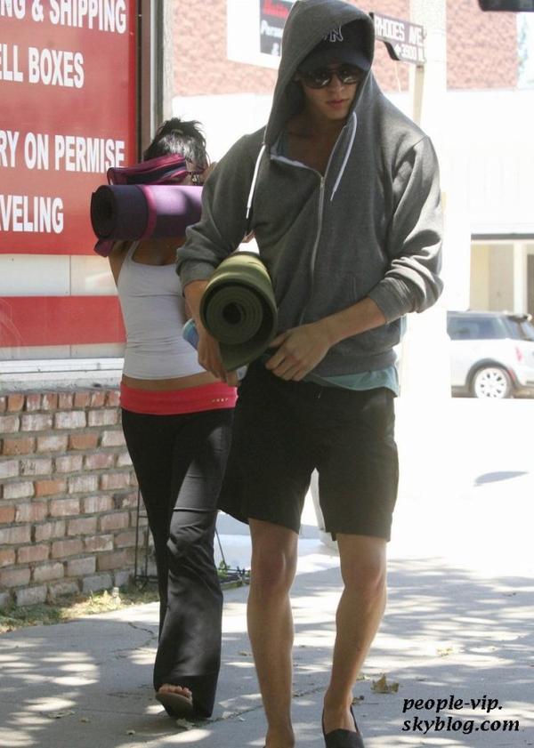 Vanessa Hudgens et son petit ami Austin Butler sortant de leur cour de yoga à Studio City, en Californie. Mercredi, 27 juin