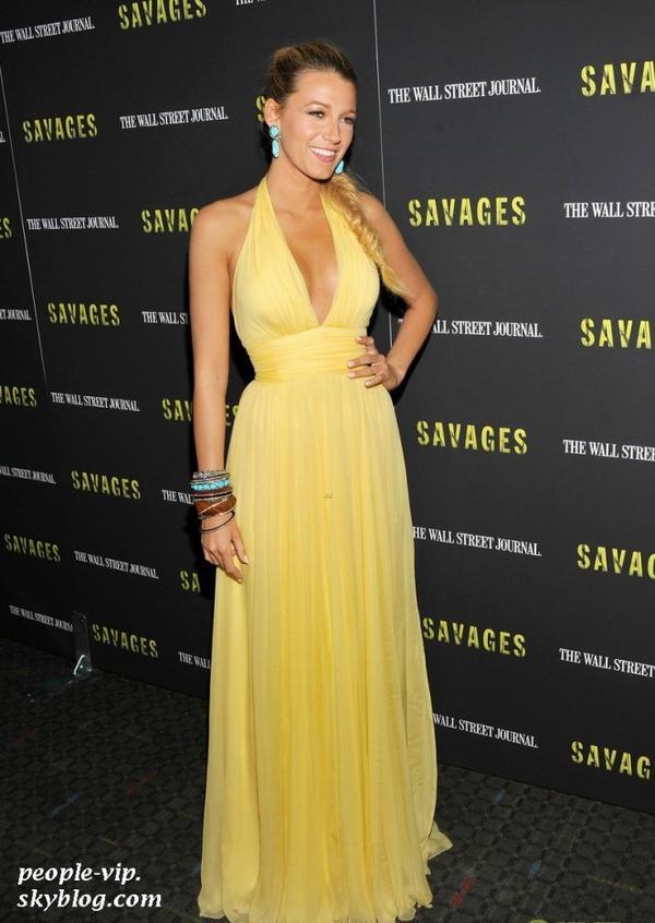 """Blake Lively est tout juste magnifique dans une robe Gucci jaune pour la première de son film """"Savages"""" à New York. Mercredi, 27 juin"""