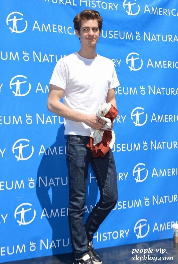 """Emma Stone et Andrew Garfield continuent à faire la promotion de leur film """"The Amazing Spider-Man"""", mais cette fois séparés: Emma était à New York et Andrew au  American Museum of Natural History à Los Angeles. Mercredi, 27 juin"""