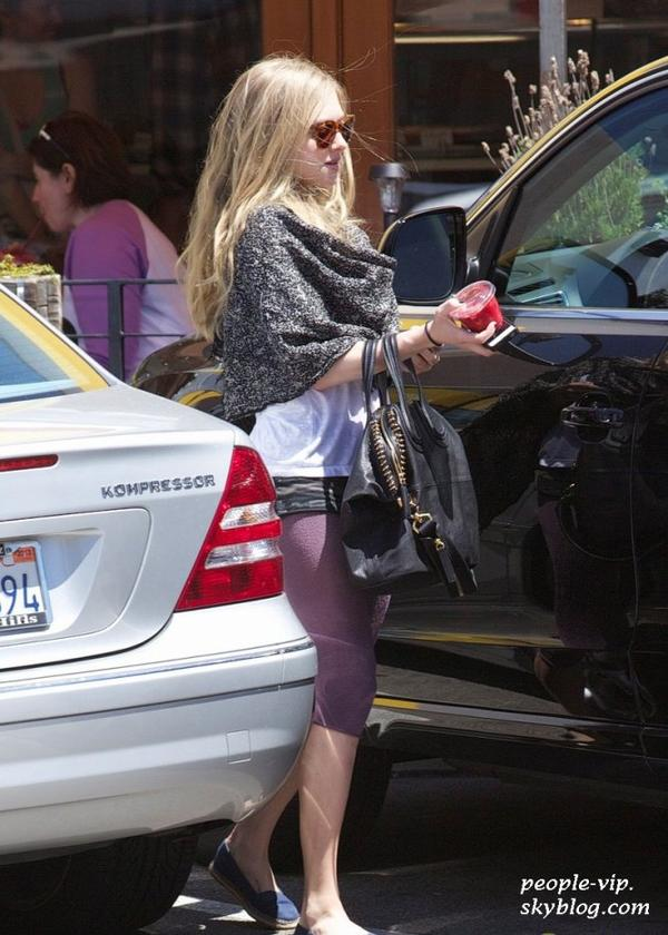 Amanda Seyfried dans les rues de Los Angeles. Jeudi, 28 juin