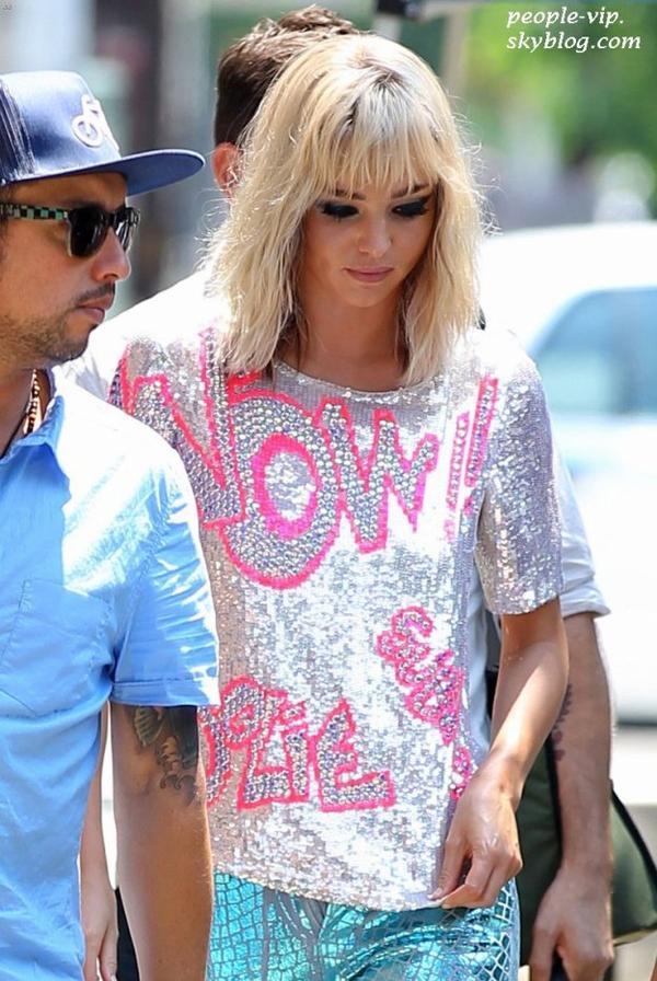 Miranda Kerr avec une perruque blonde pour les besoins d'un shooting à New York. Vendredi, 29 juin