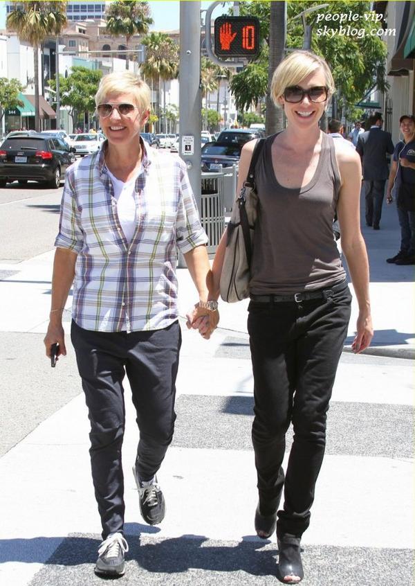 Ellen DeGeneres tiens sa femme Portia de Rossi par la main dans les rues de Beverly Hills, en Californie. Jeudi, 28 juin