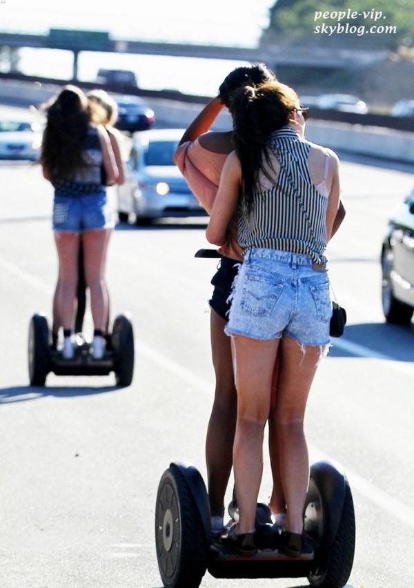 Kylie Jenner s'amuse sur un Segway avec des amies à Calabasas, en Californie. Vendredi, 29 juin