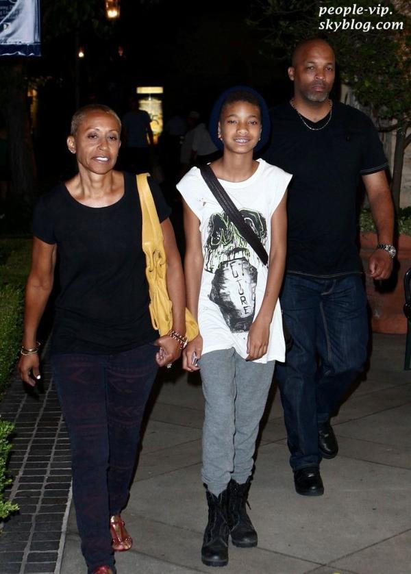 Willow Smith a passé l'après-midi avec sa grand mère Adrienne Banfield-Jones à Calabasas, en Californie. Samedi, 30 juin