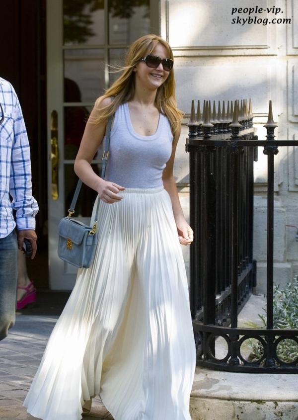Jennifer Lawrence sortant de l'hôtel Ritz à Paris. Dimanche, 01 juillet