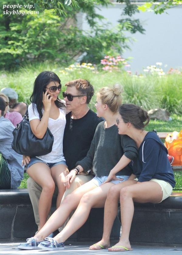 Alec Baldwin passe du bon temps en compagnie de sa femme Hilaria Thomas et de sa fille Ireland dans un parc à New York. Dimanche, 01 juillet